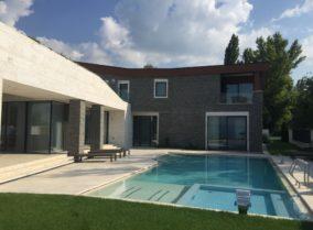 Luxus nyaraló építése a Balatonnál